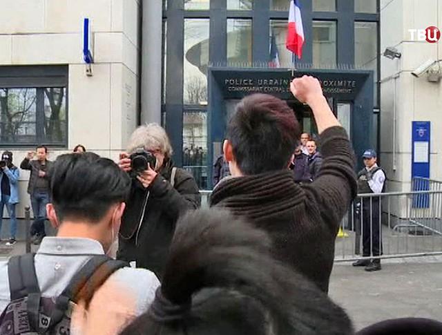 Митинг у здания полиции во Франции