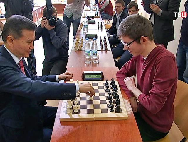 Кирсан Илюмжинов играет в шахматы