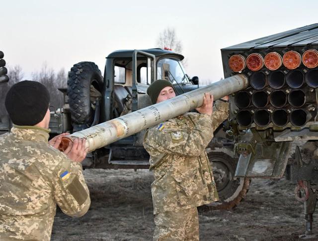 """Украинские военные заряжают установку """"Град"""""""