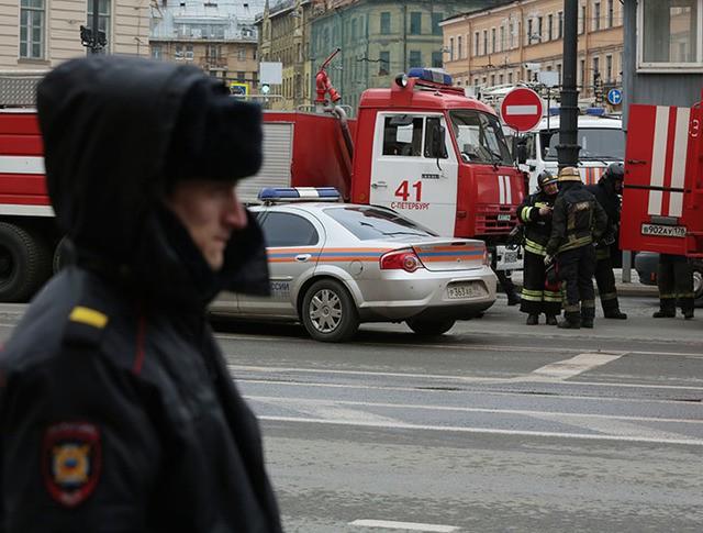 """Сотудники МЧС и полиции у станции метро """"Сенная площадь"""""""