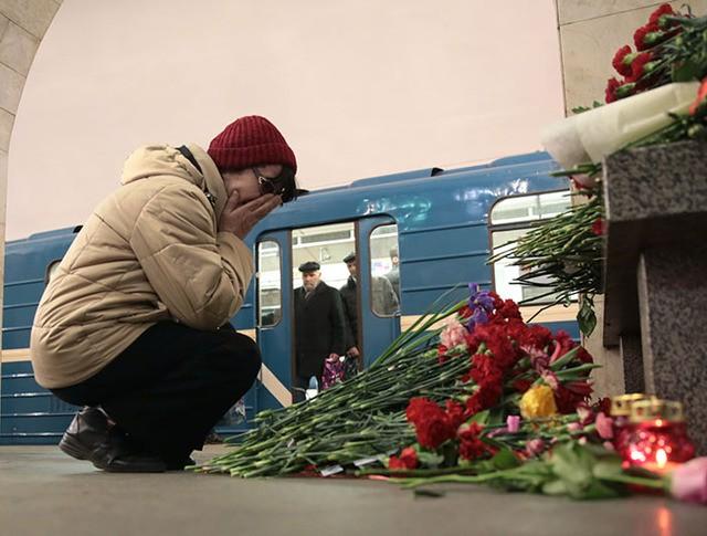 """Женщина на станции метро """"Технологический институт"""" в Санкт-Петербурге, где накануне произошел взрыв"""