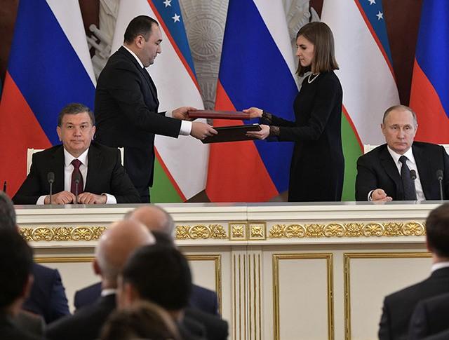 Президент России Владимир Путин и президент Узбекистана Шавкат Мирзиеев во время подписания документов по итогам переговоров