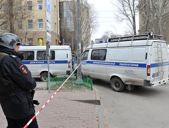 Сотрудник полиции на месте взрыва у школы в Ростове-на-Дону