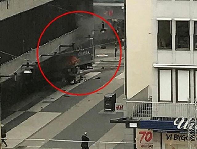 В Стокгольме грузовик въехал в толпу