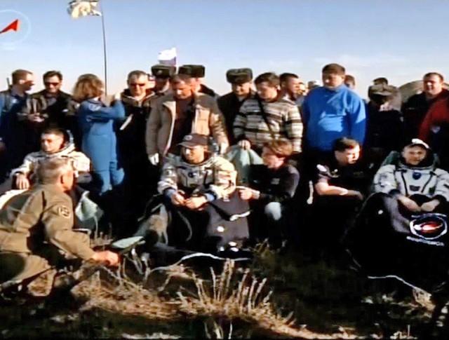 Космонавты Сергей Рыжиков, Андрей Борисенко и Шейн Кимброу после приземления