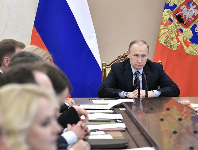 Президент России Владимир Путин на совещании с членами Правительства РФ