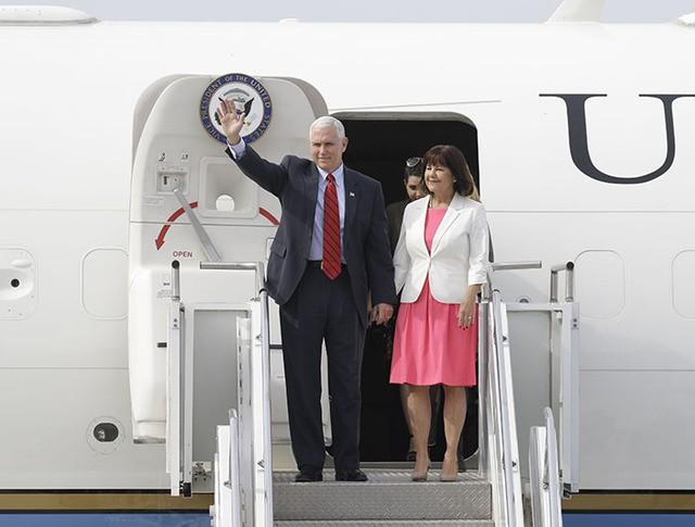 Вице-президент США Майк Пенс во время прибытия в Сеул