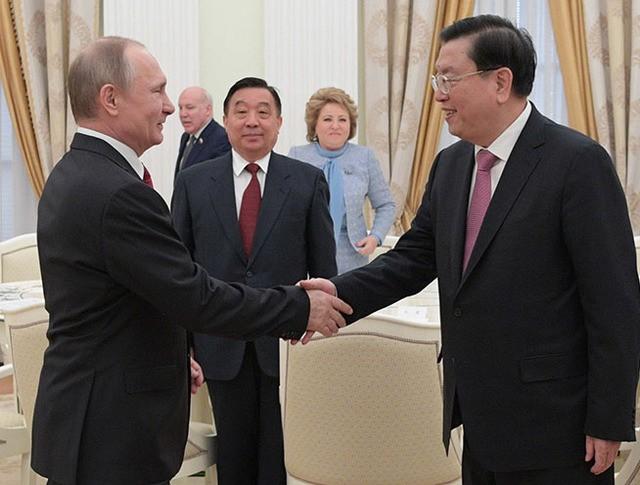 Владимир Путин и Чжан Дэцзян во время встречи