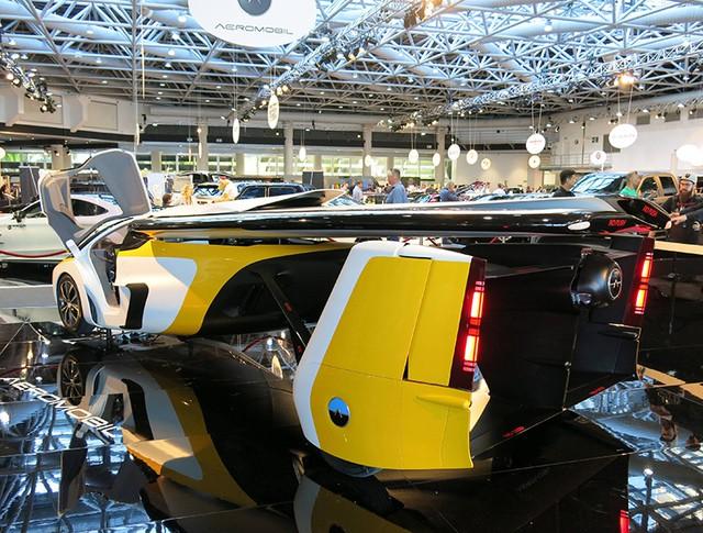 AeroMobil FlyingCar на выставке в Монако
