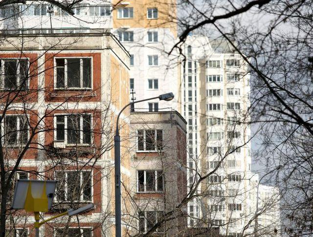 Пятиэтажки на фоне современных многоквартирных домов