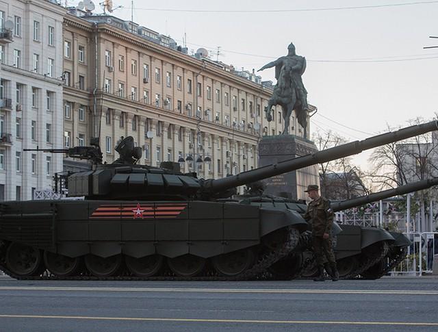 Танки Т-72Б3 во время прохода военной техники по Тверской улице перед репетицией парада Победы на Красной площади