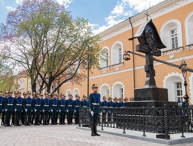 Почетный караул на церемонии открытия у Никольской башни Кремля креста в память о князе, генерал-губернаторе Москвы в 1891 - 1905 годах Сергее Александровиче