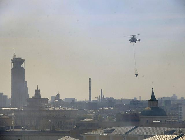 Пожарный вертолет МЧС России тушит возгорание