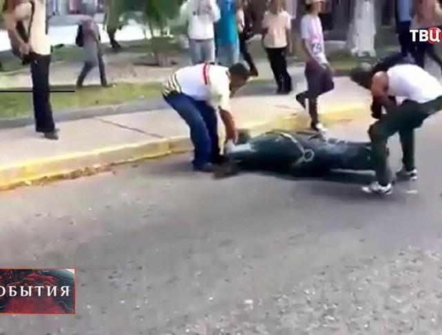Снос памятника Уго Чавесу в Венесуэле