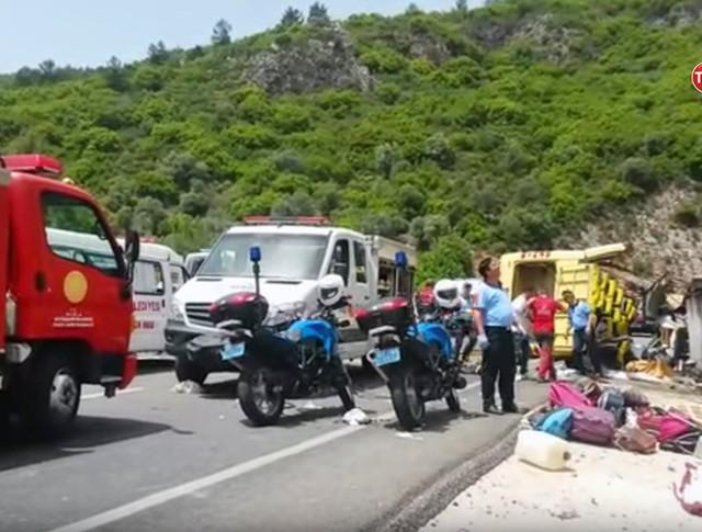 Спасатели Турции на месте ДТП с участием туристического автобуса