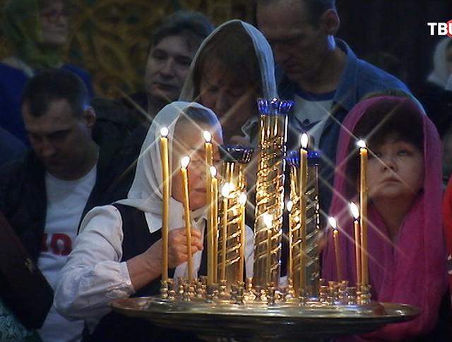 Верующие на службе в храме