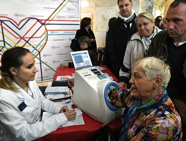 """Медик измеряет артериальное давление у пассажиров в вестибюле станции """"Парк культуры"""""""