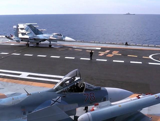 Корабельный истребитель Су-33 ВКС России