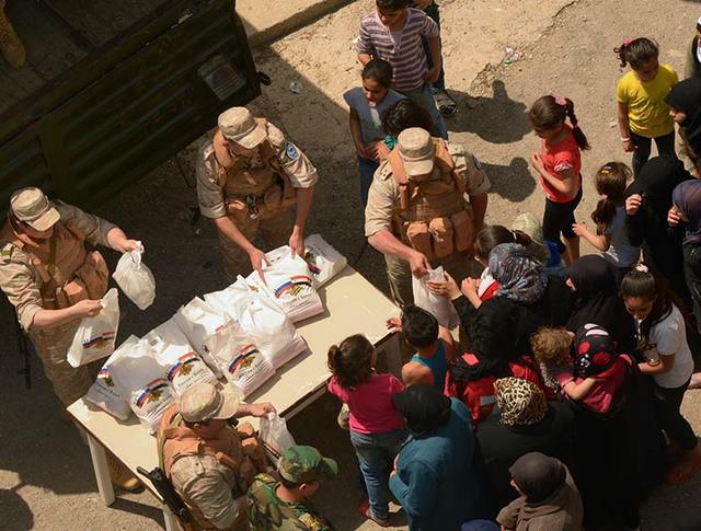 Раздача российской гуманитарной помощи жителям Сирии