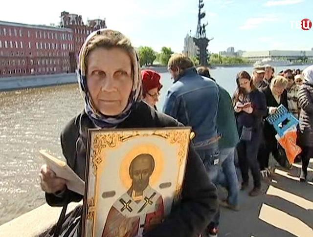 Паломники в очереди к Храму Христа Спасителя, чтобы поклониться мощам святителя Николая Чудотворца