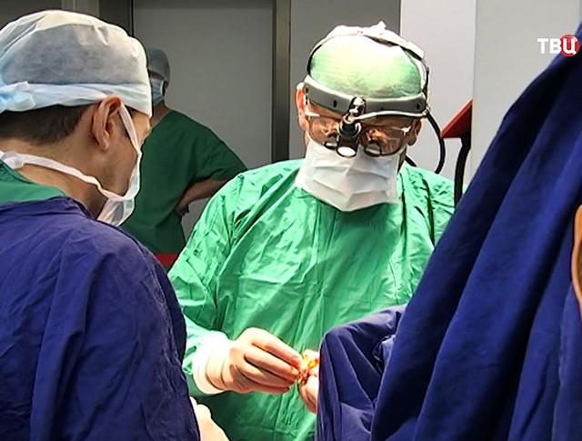 Кардиохирург Лео Бокерия проводит операцию