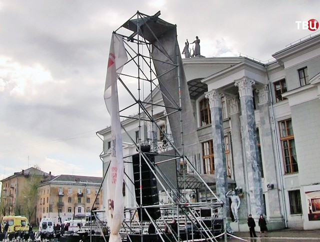 Последствия падения металлической конструкции на людей на площади в Перми
