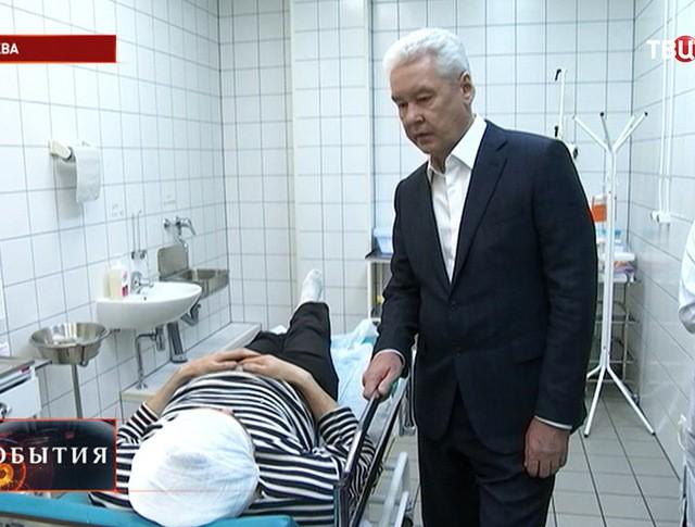 Мэр Москвы Сергей Собянин во время посещения пострадавших в результате урагана