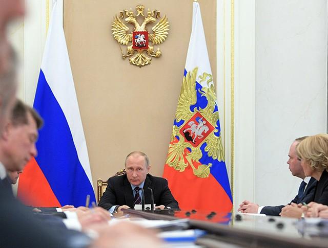 Президент России Владимир Путин проводит совещание по экономическим вопросам