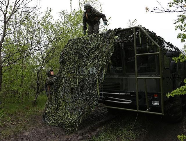 """Военнослужащие маскируют оперативно-тактический ракетный комплекс """"Искандер-М"""""""