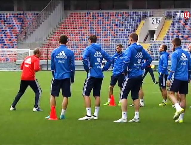 Футболисты сборной России проводят тренировку