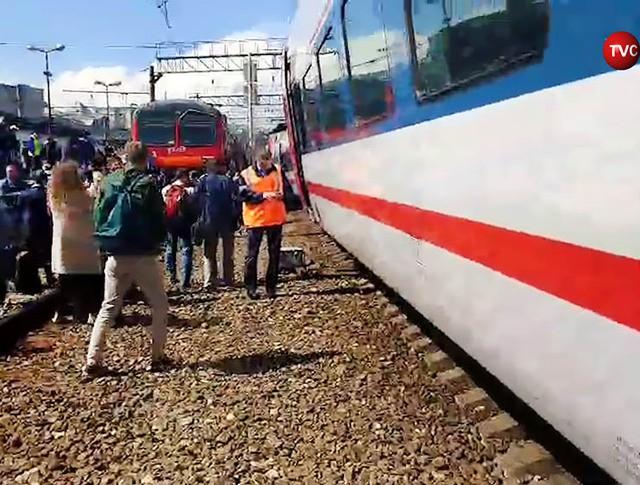 Сошедший с рельс поезд