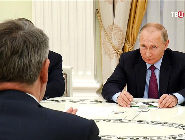 Президент России Владимир Путин и глава Royal Dutch Shell Бен ван Берден
