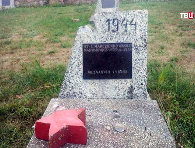 Вандализм на русском кладбище в Польша
