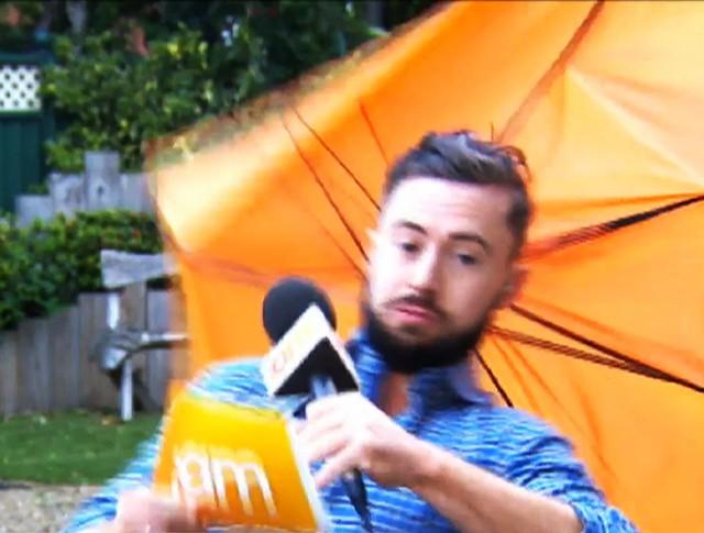 Ирландского телеведущего уносит из кадра порывом ветра