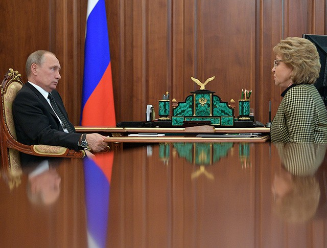 Президент России Владимир Путин и председатель Совета Федерации Валентина Матвиенко во время встречи