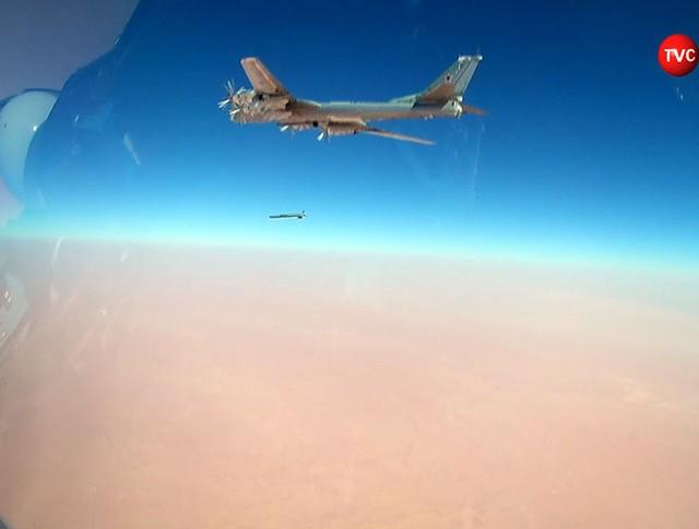 Стратегические ракетоносцы Ту-95МС наносят авиаудар по позициям ИГИЛ в Сирии