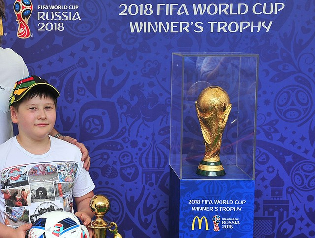 Демонстрация кубока Чемпионата мира по футболу 2018 года