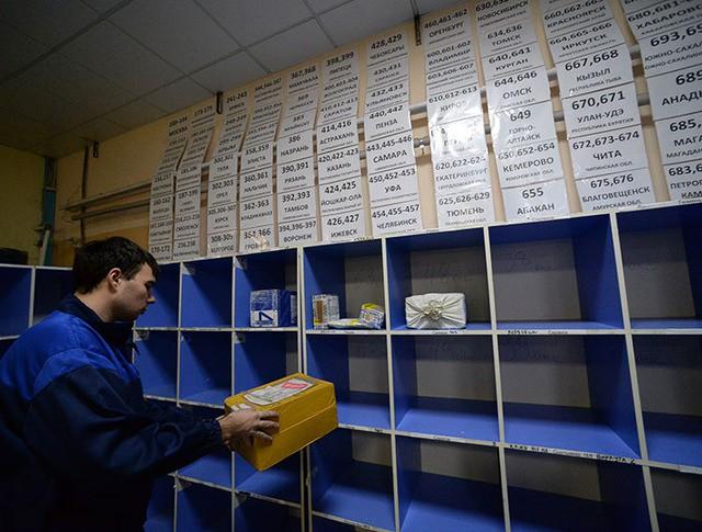 Сотрудник в зоне детальной сортировки почтовых отправлений