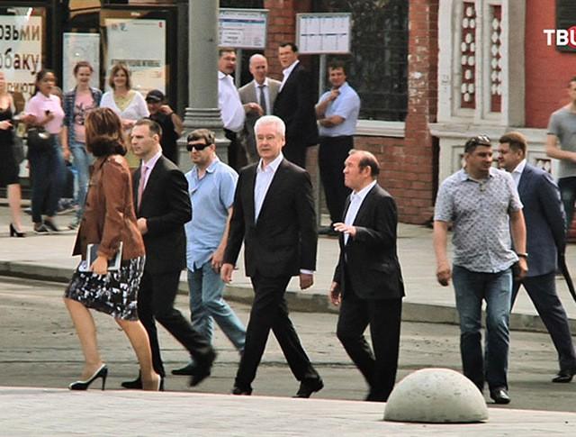 Сергей Собянин осматривает улицу