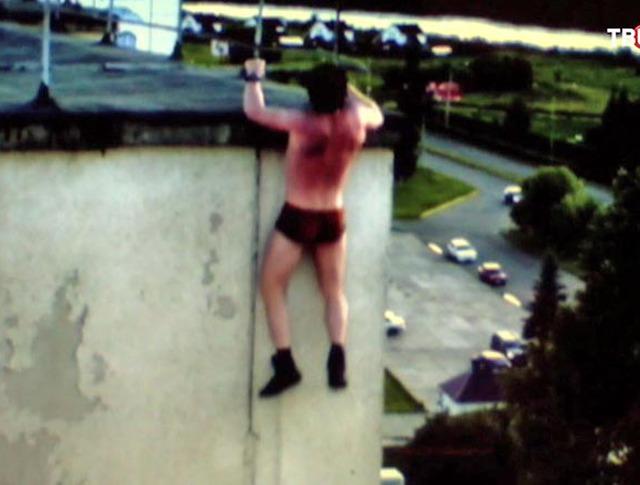 Блоггер выполняет трюк на крыше