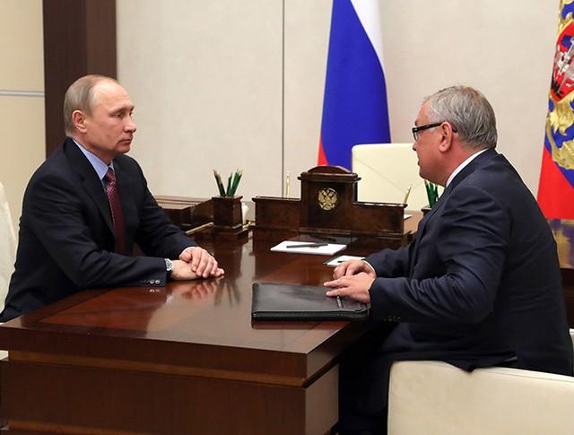 Президент России Владимир Путин и президент - председатель правления банка ВТБ Андрей Костин