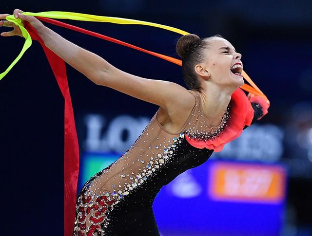 Дина Аверина выполняет упражнения с лентой в индивидуальном многоборье на чемпионате мира по художественной гимнастике в итальянском Пезаро