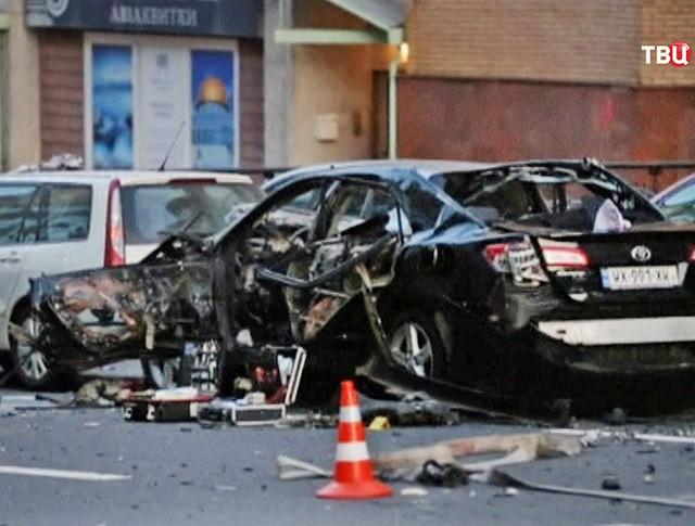 Последствия взрыва автомобиля в Киеве, где погиб Тимур Махаури