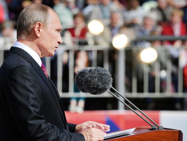 Президент РФ Владимир Путин выступает на Красной площади