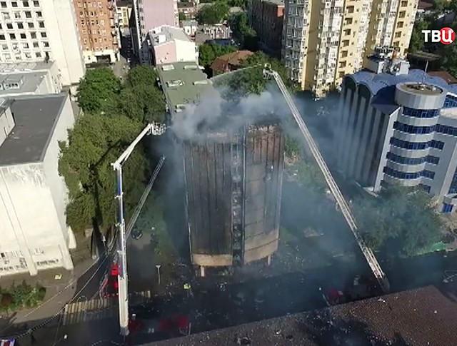 Пожарные у здания гостиницы в Ростове-на-Дону