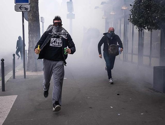 Разгон демонстрантов в Париже