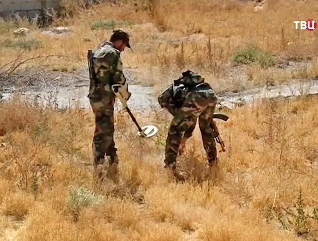 Сирийские саперы разминируют поселок