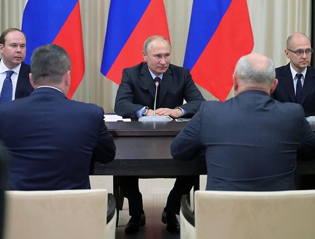 Президент России Владимир Путин во время встречи с ушедшими в отставку руководителями регионов
