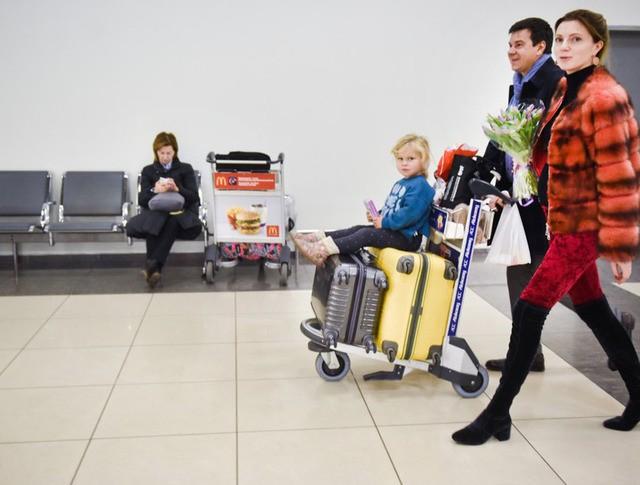 Пассажиры с багажом в аэропорту
