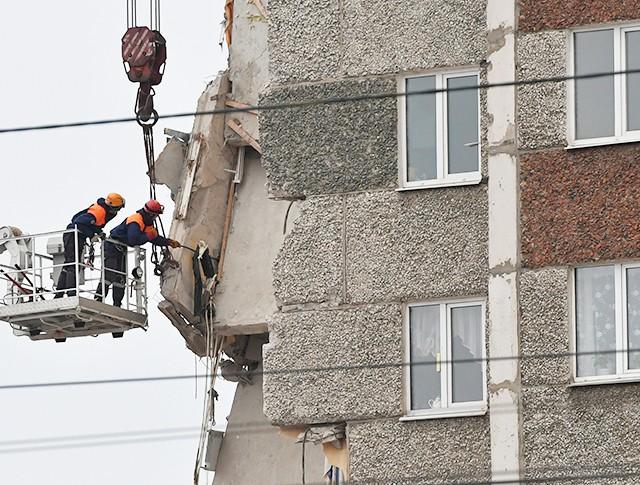 Сотрудники МЧС РФ на месте обрушения части жилого панельного дома по Удмуртской улице в Ижевске